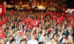 Fetullahçı Terör Örgütü'nün (FETÖ) darbe girişiminin ardından Erzurum'da demokrasi nöbetini sürdüren vatandaşlar, 3 ay süreyle olağanüstü hal (OHAL) ilan edilmesine destek verdi. ( Yunus Hocaoğlu - Anadolu Ajansı )